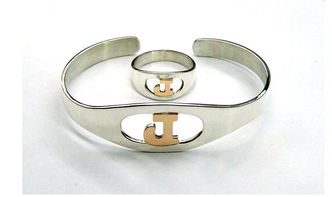 06a4c8290bce Conjunto anillo y pulsera de plata y Oro 18k con letra calada en el ...