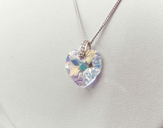 18ef1f8517da Conjunto de plata rodinada con piedra en forma de corazón tornasol ...