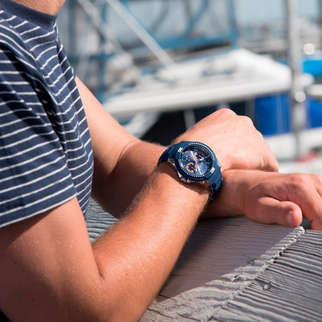 Reloj Guess Caballero W0967g2 Malla De Caucho Azul
